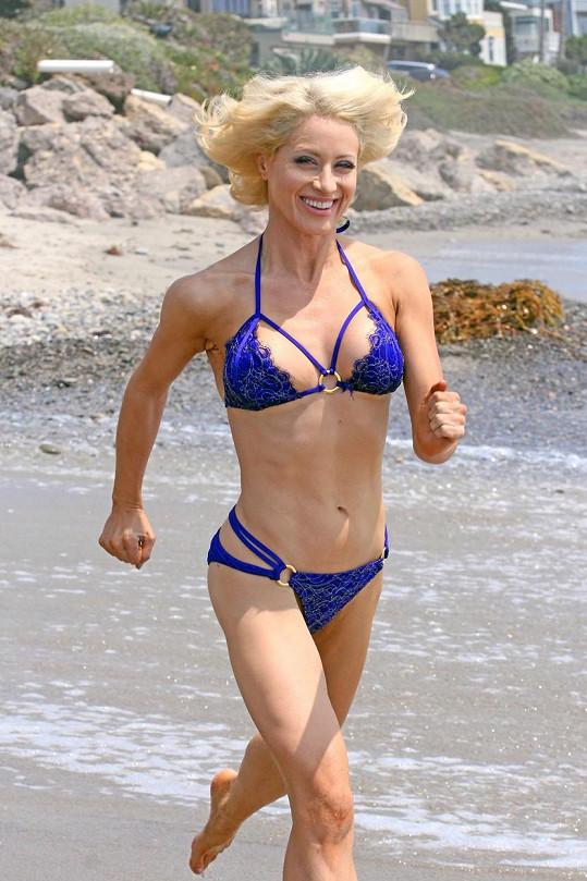 Sara Barrett běhá v krajkových plavkách.
