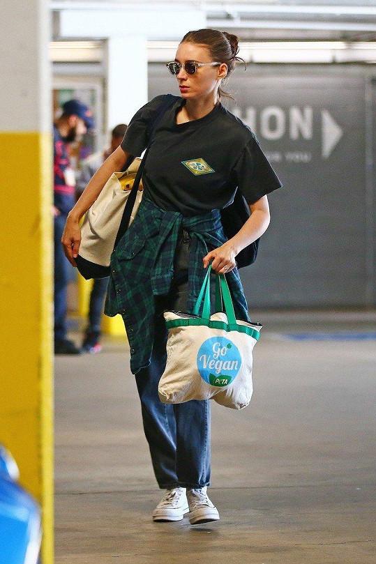 """Rooney Mara si vyšla na nákup a jsou z toho zásnuby s kolegou... Všimnete si """"obrovského"""" prstenu?"""