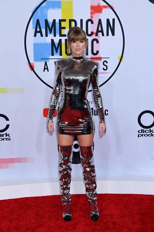 Taylor Swift v metalických šatech vypadala jako z jiného světa.