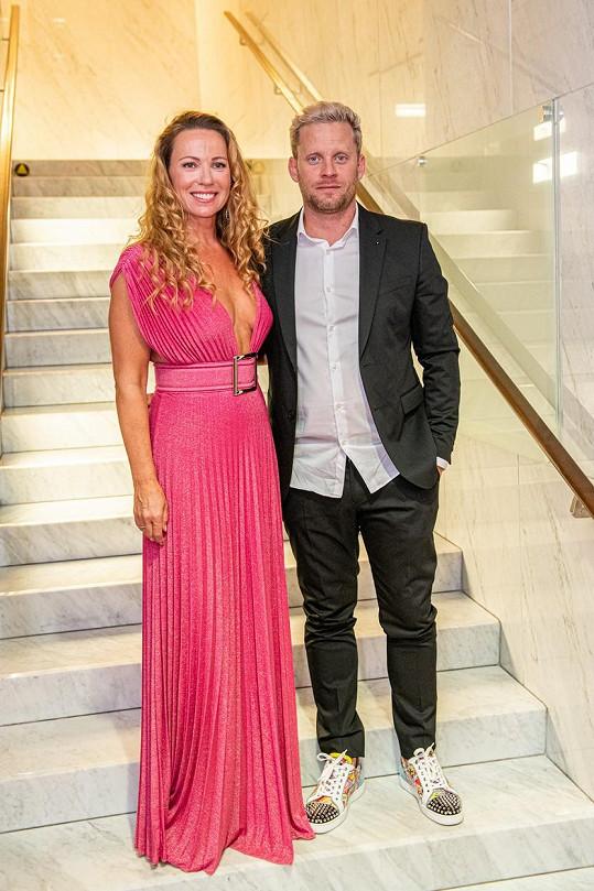 Diana Mórová a Jakub Prachař společně předávali cenu na galavečeru OTO.