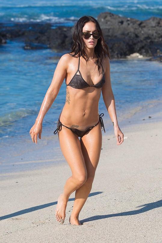 Plavky Megan Fox už nemohly být úspornější.