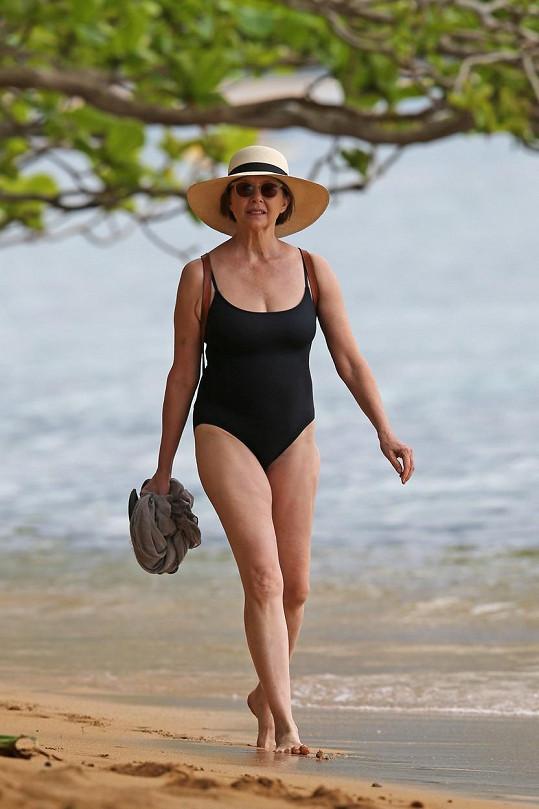 Annette Bening šla do plavek.