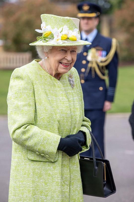 Královna si díky své garderobiérce oblíbila výrazné barvy. Nechybí ani výrazná brož a zdobený klobouk.