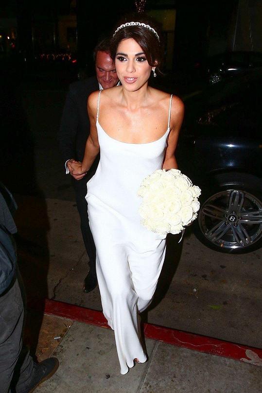 Daniella vypadala ve svatebních šatech božsky.