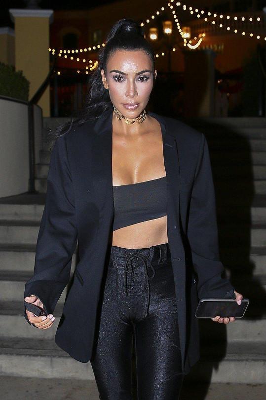 Kim předvedla nadupaný dekolt i ploché bříško.
