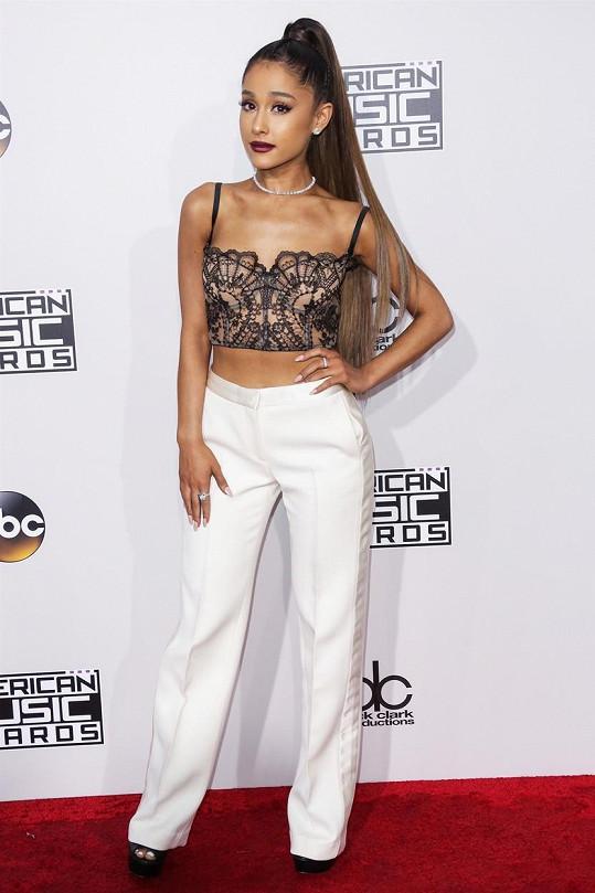 Ariana Grande se pustila do influencerů, kteří během pandemie chodí na večírky.