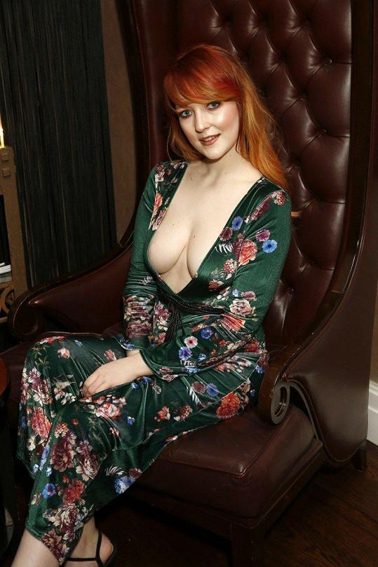 Victoria Clay vsadila na dekolt.