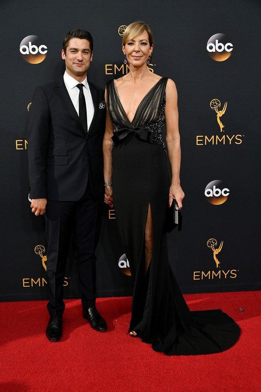 Allison Janney s přítelem Philipem Joncasem na udílení cen Emmy
