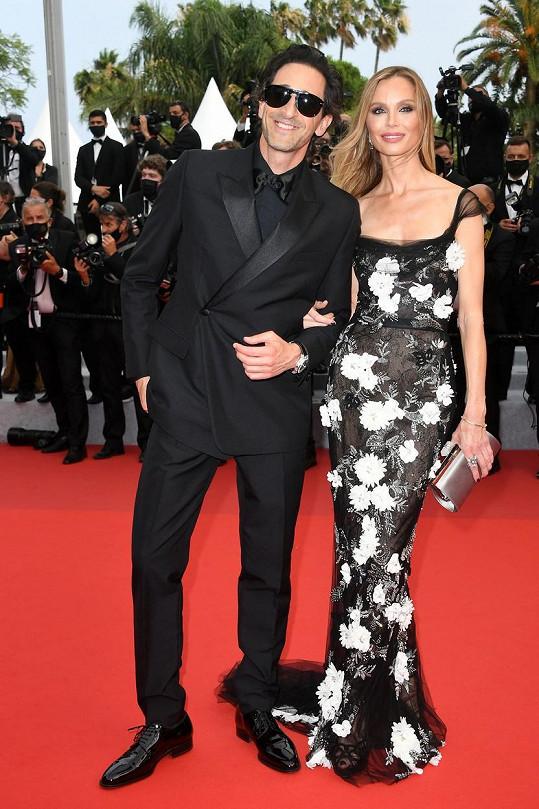 Adrien Brody dorazil na červený koberec v doprovodu partnerky Georginy Chapman.