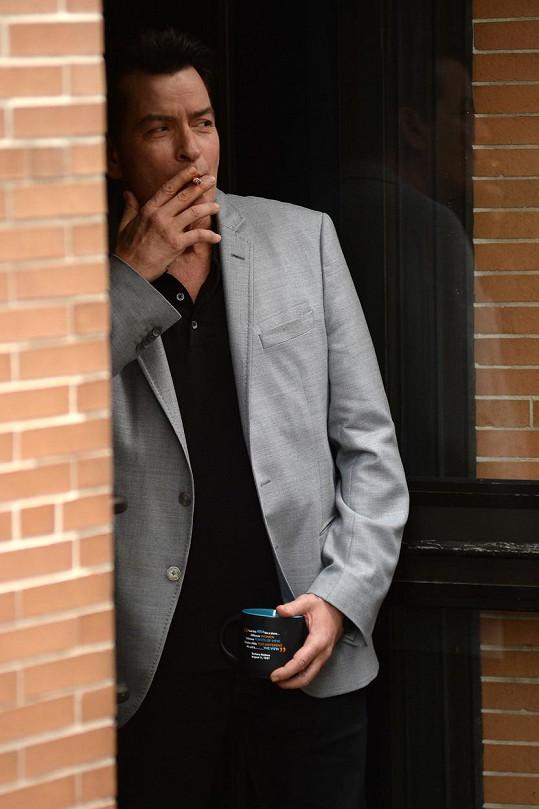 A na kašel je podle Charlieho nejlepším lékem další cigareta.
