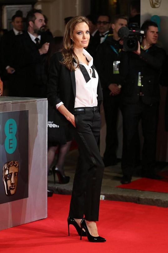 S rozepnutým motýlkem působila Angelina Jolie ležérně a zároveň šik.