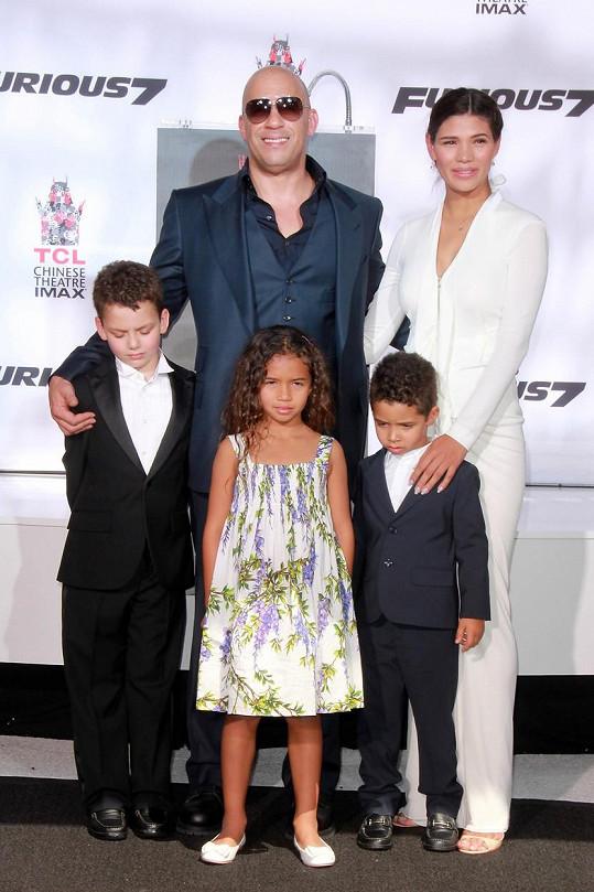 Vin Diesel s manželkou Palomou Jiménez a dvěmi z jejich tří dětí (chlapec vlevo není jejich potomkem)