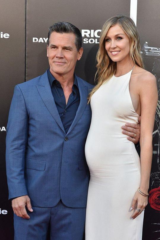 Josh se těhotnou manželkou pochlubil na premiéře filmu Sicario 2: Soldado.