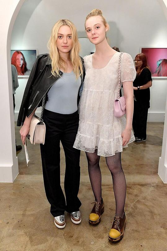Dakota (vlevo) a Elle Fanning na fotografické výstavě k poctě zesnulého herce Antona Yelcina