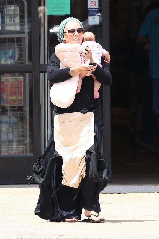 Zpěvačka s čerstvě narozenou dcerkou Willow