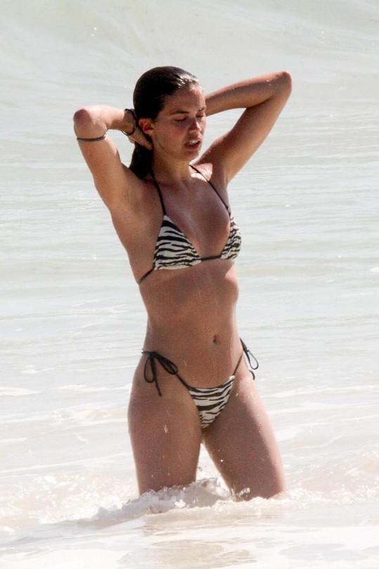 Sara Sampaio ukázala své modelkovské křivky v bikinách.