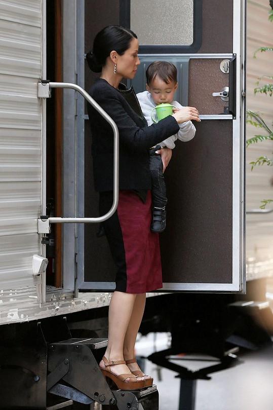 A tak si ani ne dvouletý Rockwell Lloyd zvyká na matčinu hereckou profesi.