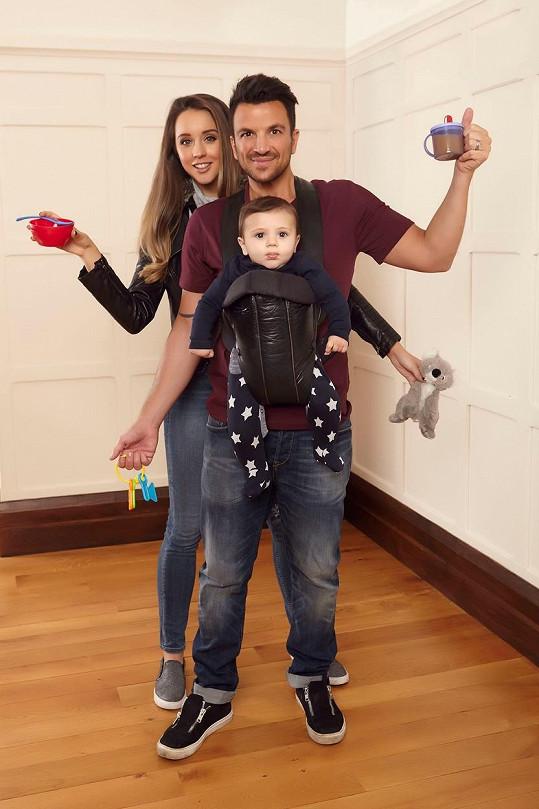 Peter Andre má vlastní rodinku, ale v kampani pózuje s cizími dětmi.