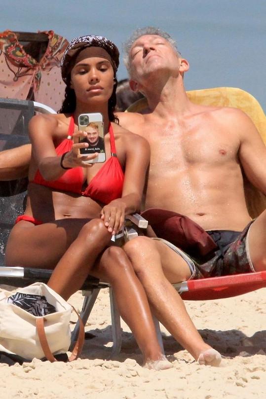 S o třicet let mladší druhou manželkou rád vyrazí na pláž.