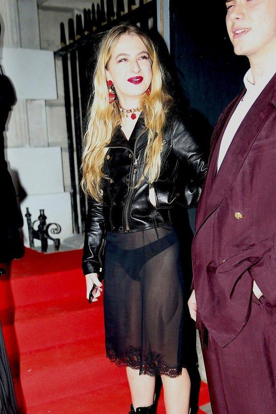 Gallagher na sebe upozornila průhlednými šaty.