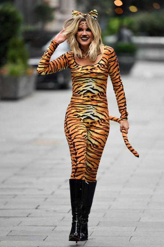 O něco důstojněji pojala Halloween Ashley Roberts z Pussycat Dolls.