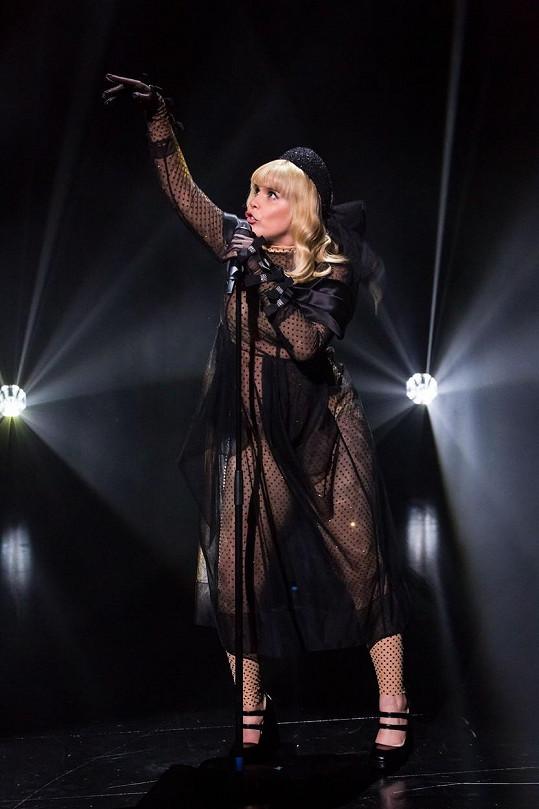 Průhledné modely zpěvačka miluje.