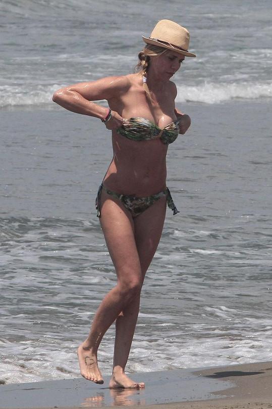 Deborah Roversi si užívala na dovolené.