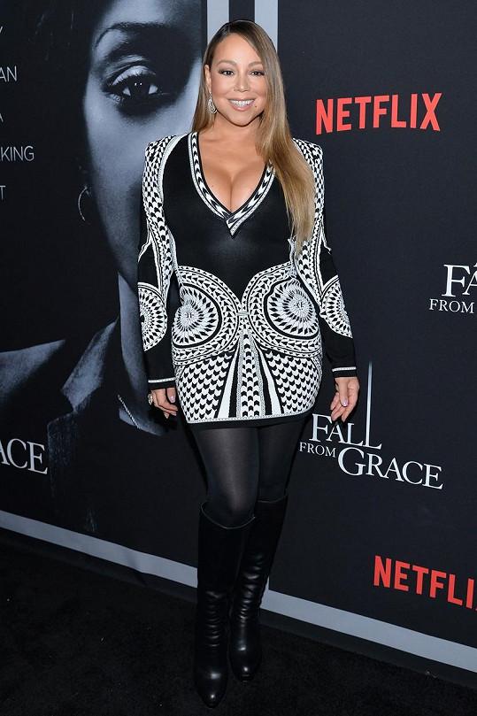 Mariah Carey oblékla na premiéru černobílé minišaty