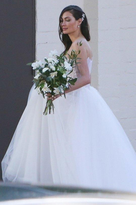 Caitlin oblékla svatební šaty v pokročilém stádiu těhotenství.