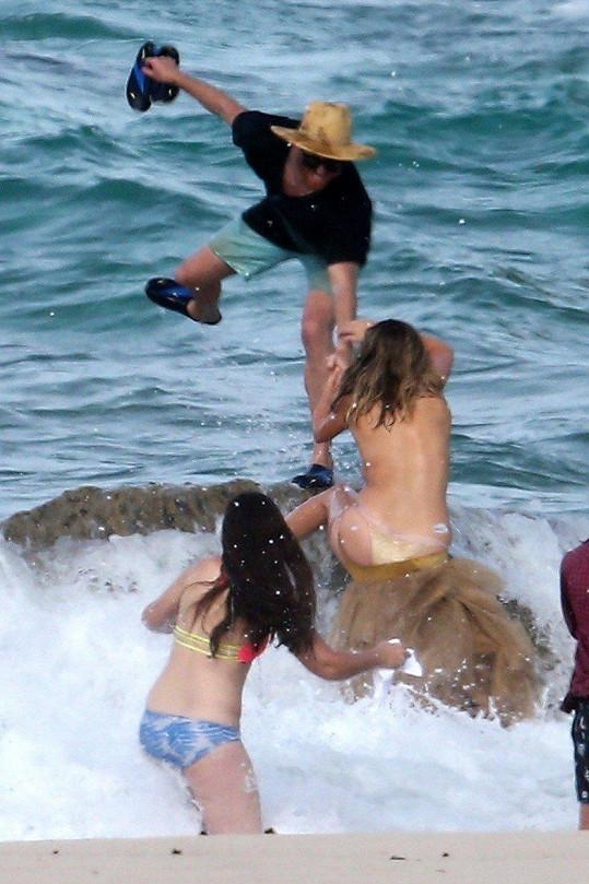A taky že jo! Vodní tříšť srazila Kate dolů.
