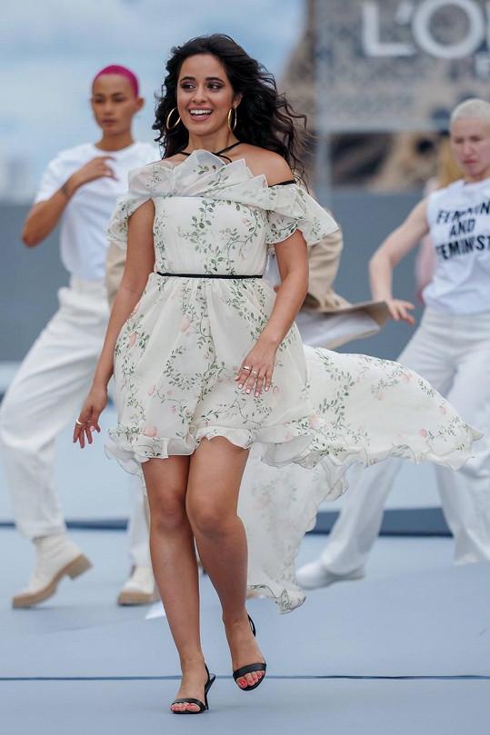 Na přehlídce se objevila také zpěvačka Camila Cabello.