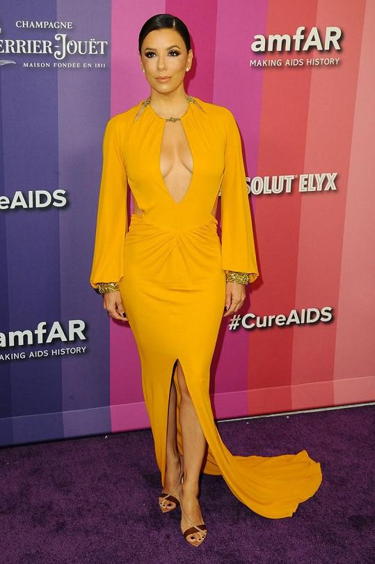 Eva Longoria dorazila na akci v odvážných šatech.