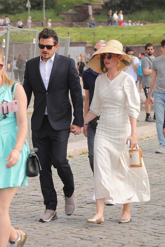 Po Římě se procházeli ruku v ruce.