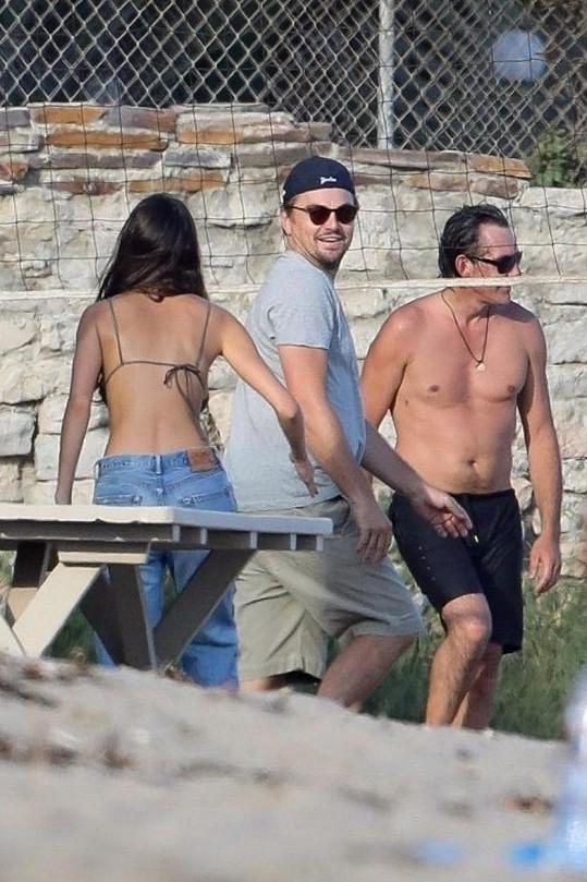 Leonardo si s přáteli a přítelkyní přišel zahrát plážový volejbal.