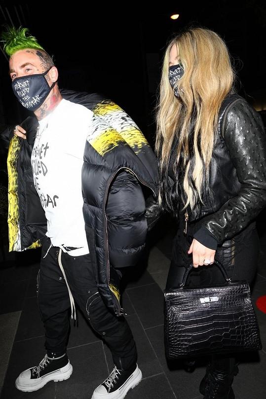 Kabelky jsou sice vysoce elegantní, ale styl Avril zůstává punkrockový.