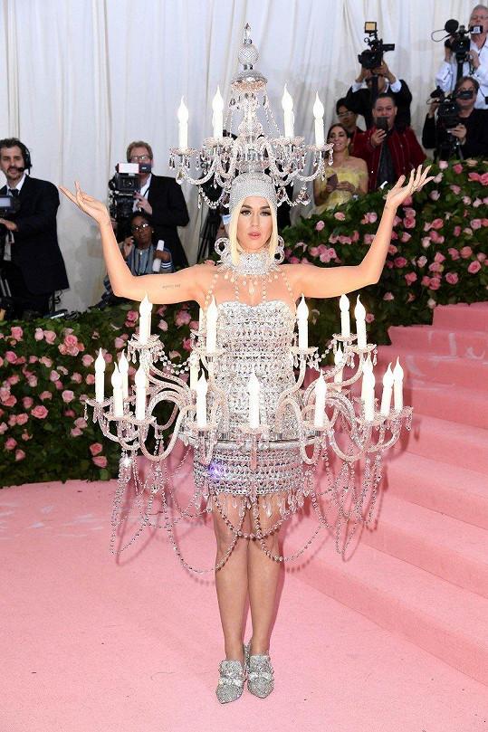 Katy Perry si na sebe nechala posvítit v šatech od Moschino. Jejich autorovi Jeremmy Scottovi letošní téma vyloženě sedlo.