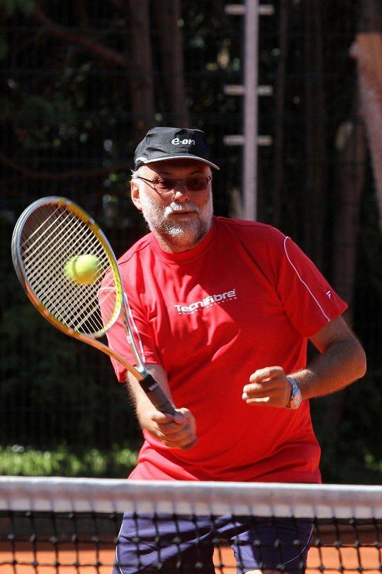 Mladý rád sportoval a hrál tenis.