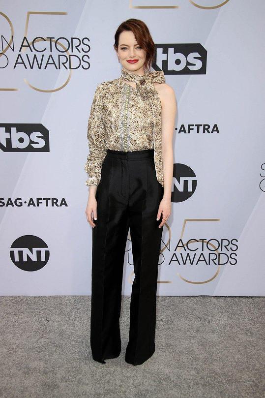 Na červeném koberci Emma Stone pózovala bez partnera.