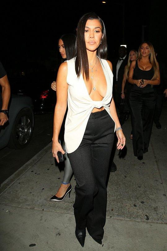 Kourtney Kardashian si hluboký výstřih může dovolit.
