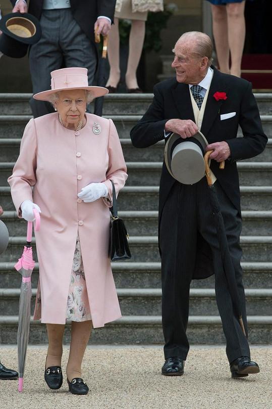 Nárok na ochranu mají pochopitelně královna s Philipem...
