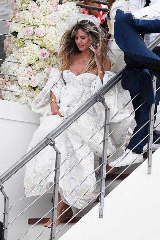 Nevěsta měla velké svatební šaty