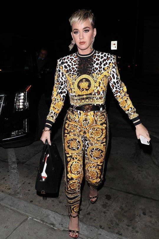 Katy Perry byla ve stejných kalhotách vyfocena už před víc než rokem.