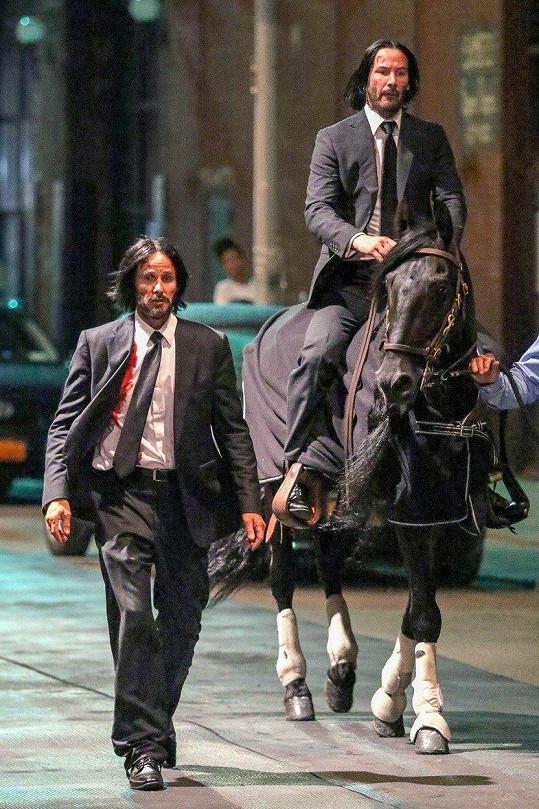 Keanu Reeves (na koni) a jeho zakrvácený dvojník na natáčení filmu John Wick 3