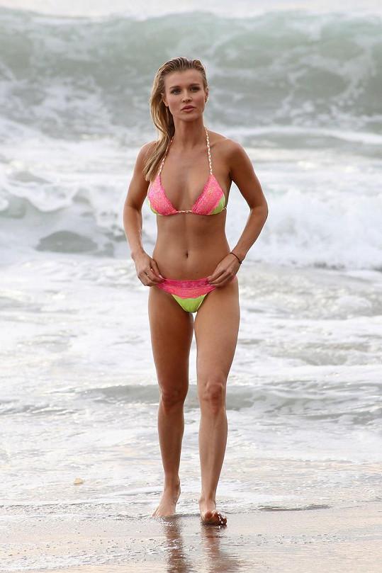 Na pláži se obešla bez manžela.