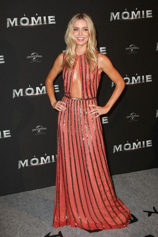 Annabelle Wallis (32) měla na premiéře v Paříži velmi odvážné šaty.