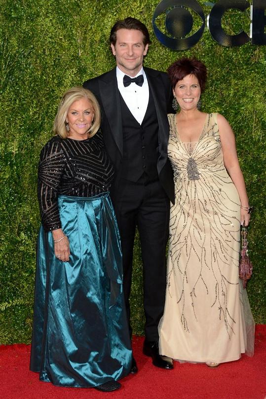 Bradley Cooper vzal na udílení cen Tony matku a sestru.