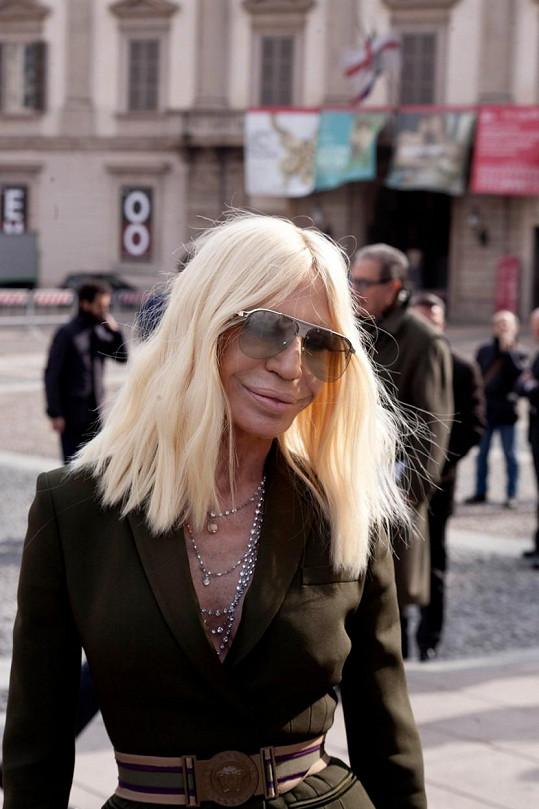 Donatella Versace připravuje v Miláně velkou módní show.