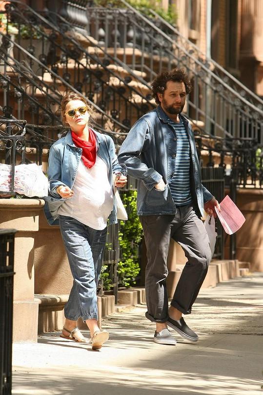 Se seriálovým manželem Matthewem Rhysem nyní čeká potomka.
