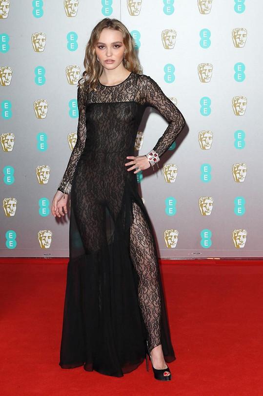 Lily-Rose Depp oblékla na ceny BAFTA zajímavý model.