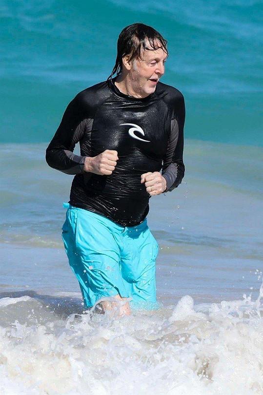 Paul McCartney je, jistě i díky mladší ženě, velmi aktivní pětasedmdesátník.
